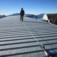 Horizontales Seilsicherungssystem BATILIGNE bei VERTIC auf Blechdach